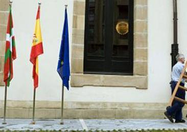 Eusko Legebiltzarrak Espainiako bandera jarri du gaur eraikinaren kanpoan