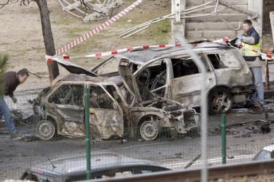 ETAk furgoneta-bonba bat eztandarazi du Madrilen, 'Euskal Y'ren enpresa baten aurka,bitartean Espainiako Auzitegi Gorenak baliogabe utzi ditu D3M eta Askatasuna